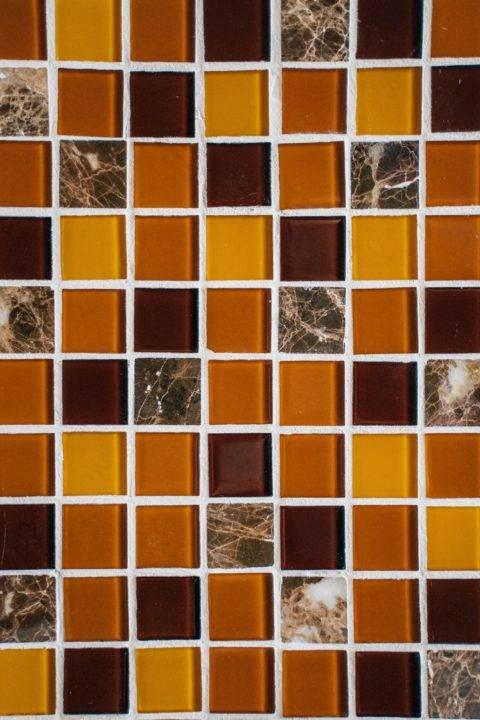 tile backsplash with white grout