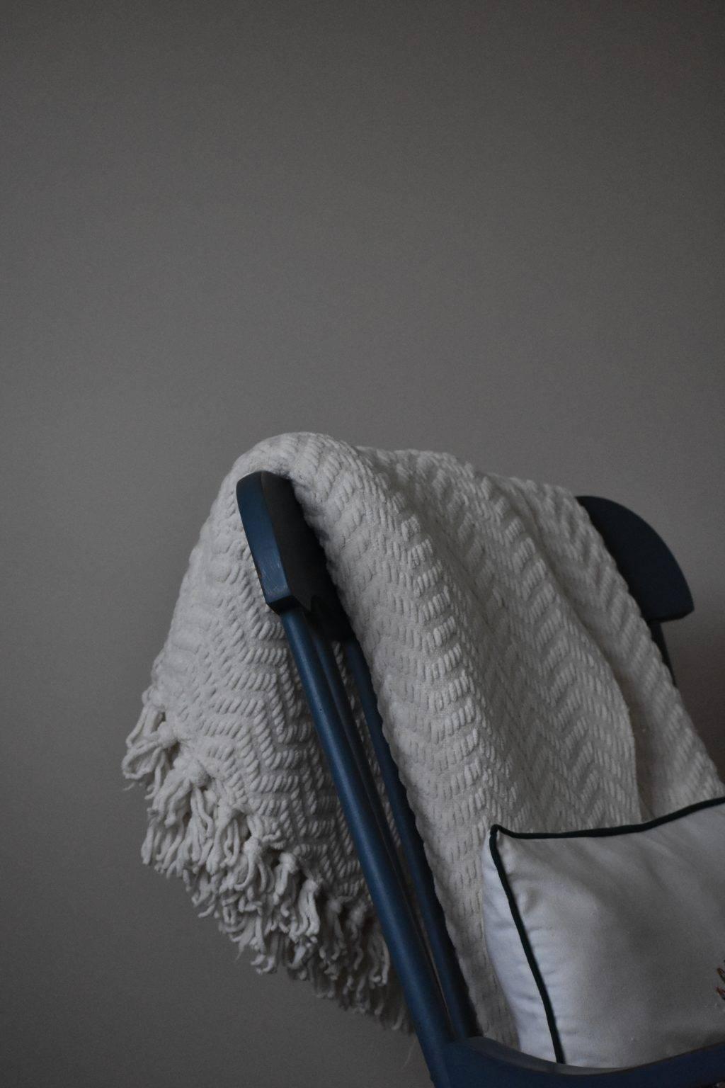 Decke über einem Stuhl drapiert